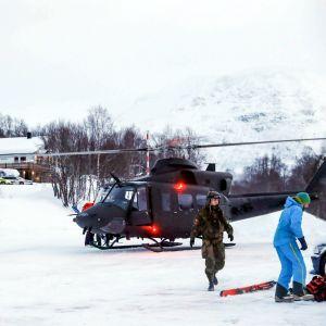 Helikopter på plats för att delta i sökandet efter alpinister i Nordnorge.