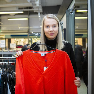 Uusia käyttämättömiä vaatteita, jotka on tuotu kierrätykseen Uffille. Myyjä Eerika Lehtimäki esittelee.