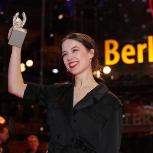 Skådespelerskan Paula Beer håller sin silverbjörn för bästa skådespelare upplyft.