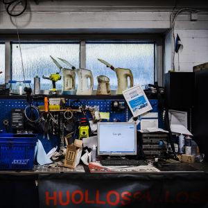 Kuvassa on tietokone ja työkaluja helsinkiläisellä autohuoltamolla 23. lokakuuta 2020.