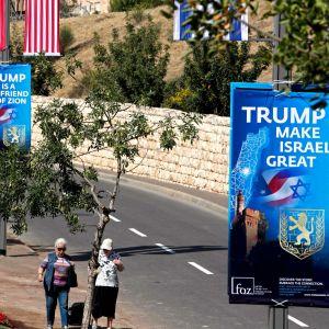 """""""Trump är Sions vän"""" och """"Trump gör Israel stort igen"""" står det på plakaten."""