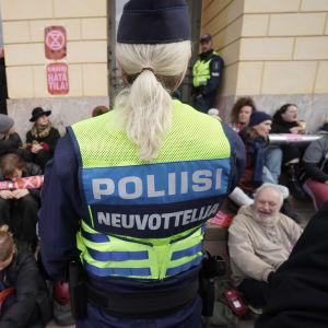 Polisens förhandlare inför demonstranterna utanför Statsrådsborgen den 8 oktober 2021.
