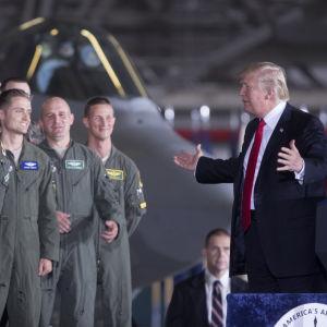 Donald Trump talar till soldater 15 spetember 2017.