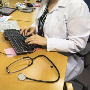 Läkare vid dator.