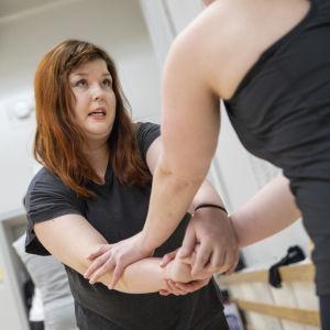 Nainen harjoittelee itsepuolustusta.