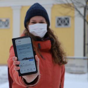 Andrea Södergård visar sin mobilskärm.