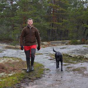 Mickel Nyström går på ett berg tillsammans med sin hund.