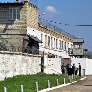 Bild på ingången till ett ryskt fängelse.