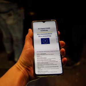 Coronapass på en smarttelefons skärm.