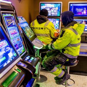 """Rahapelien pelaamista """"Pelaamossa"""", Helsingissä"""