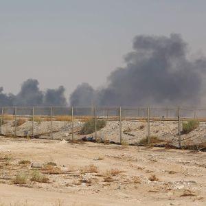 Massor rök stiger upp ovanför oljeanläggningen i Abqaiq.