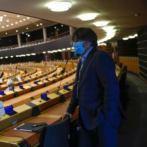 Carles Puigdemont fotograferad i Europaparlamentet på måndagen. Salen i bakgrunden är nästan tom.