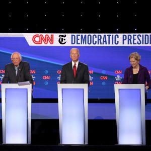 De demokratiska presidentkandidaterna möts i en tv-debatt. På bild Kamala Harris, Bernie Sanders, Elizabeth Warren och Joe Biden.