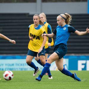 Finlands U17-flicklandslag i fotboll tränar.