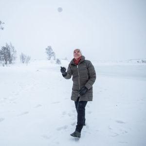 Anna-Maja Henriksson heittää lumipallon ilmaan