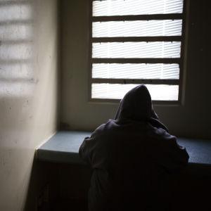 tutkintavankilan selli jossa istuu anonyymi vanki
