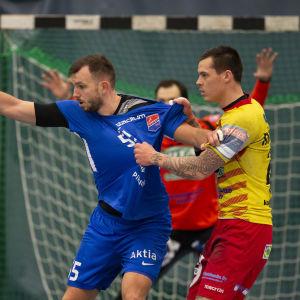 Dickens Tadas Stankevicius och Cocks Nico Rönnberg kämpar om bollen i den första handbollsfinalen våren 2019.