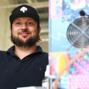 Christian Holmlund poserar vid en apparat.