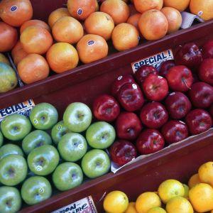 Äpplen, apelsiner och mandariner till salu