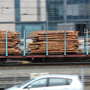 Virkestransport på järnväg.