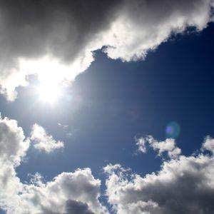 Solen tittar fram bakom moln.