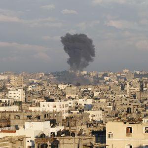 Rökmoln syns efter ett israeliskt flygangrepp mot norra Gazaremsan (15.11.2012).