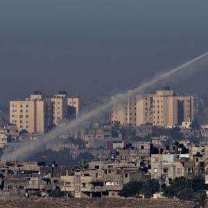 Palestinier på Gazaremsan avfyrar raket mot Israel (15.11.2012).