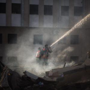 Palestinska brandmän bekämpar elden vid Inrikesministeriets byggnad efter en israelisk attack (16.11.2012).