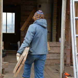 Miia Honkanen jobbar som frivillig med att bygga upp gården.