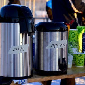 Termosar med kaffe och saft