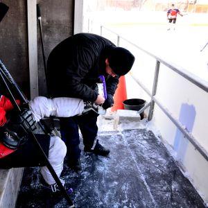 MuIK:s spelande tränare André Smulter får hjälp med skridskorna