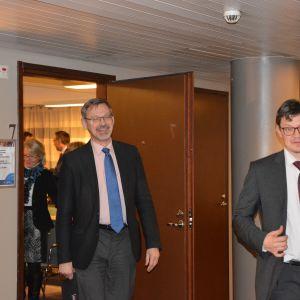 Mikael Luther och Rurik Ahlberg kommer ut från mötet med kommunministern.