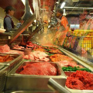 köttdisk med försäljare och kund