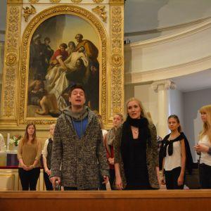 Jannike Sandström, Thomas Lundin och luciakören sjunger Den klapp vi ger.