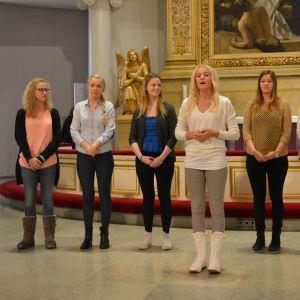 Finlands lucia Elin Andersson sjunger med luciakören.