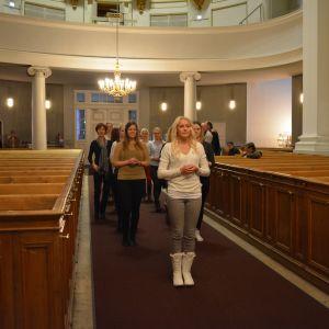 Lucia med följe övar intåg i kyrkan.