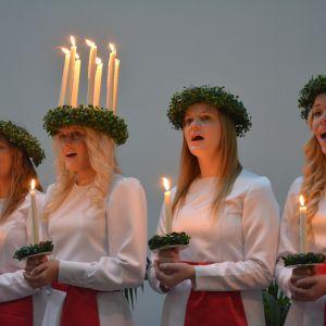 Finlands lucia Elin Andersson med följe uppträder i Stora Smedjan