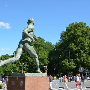 Paavo Nurmi-statyn i Åbo.