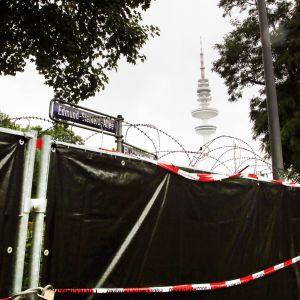 Stängsel och taggtråd i Hamburg för att förhindra att eventuella protesterare kommer till tågbanan bredvid platsen fär G20 mötet i Hamburg hålls.