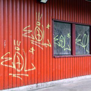 Graffiti på butiksvägg i Hammars.