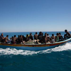 Migranter i en båt vid Libyens kust.