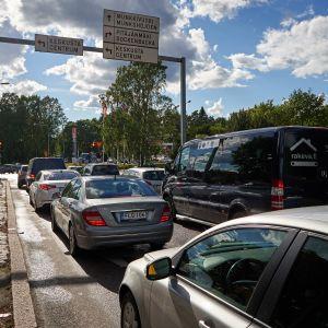 Autoja liikennevaloissa