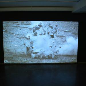 Tomas Ellers videokonstverk Baryogen där marmor långsamt exploderar.