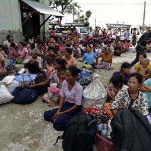 Nästan 60 000 människor har flytt undan arméattacker mot det muslimska rohingyafolket i Burma