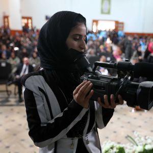 Kvinnlig afghanska journalist på jobbuppdrag