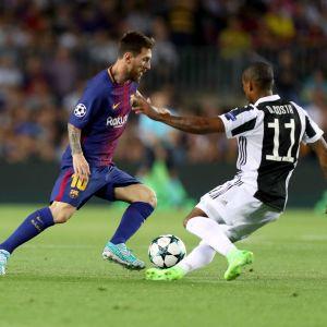 Lionel Messi utmanar Douglas Costa.