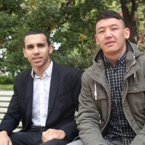 Abdel Bettahar och Ahmad Hosseini sitter på en parkbänk i Åbo