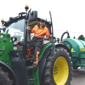 Thomas Lindqvist på traktorstegen.