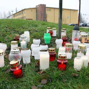 Tända ljus för att minnas de som dog i skolskjutningen i Jokela