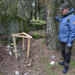 Patrik Berghäll visar toalettpapper i skogen.